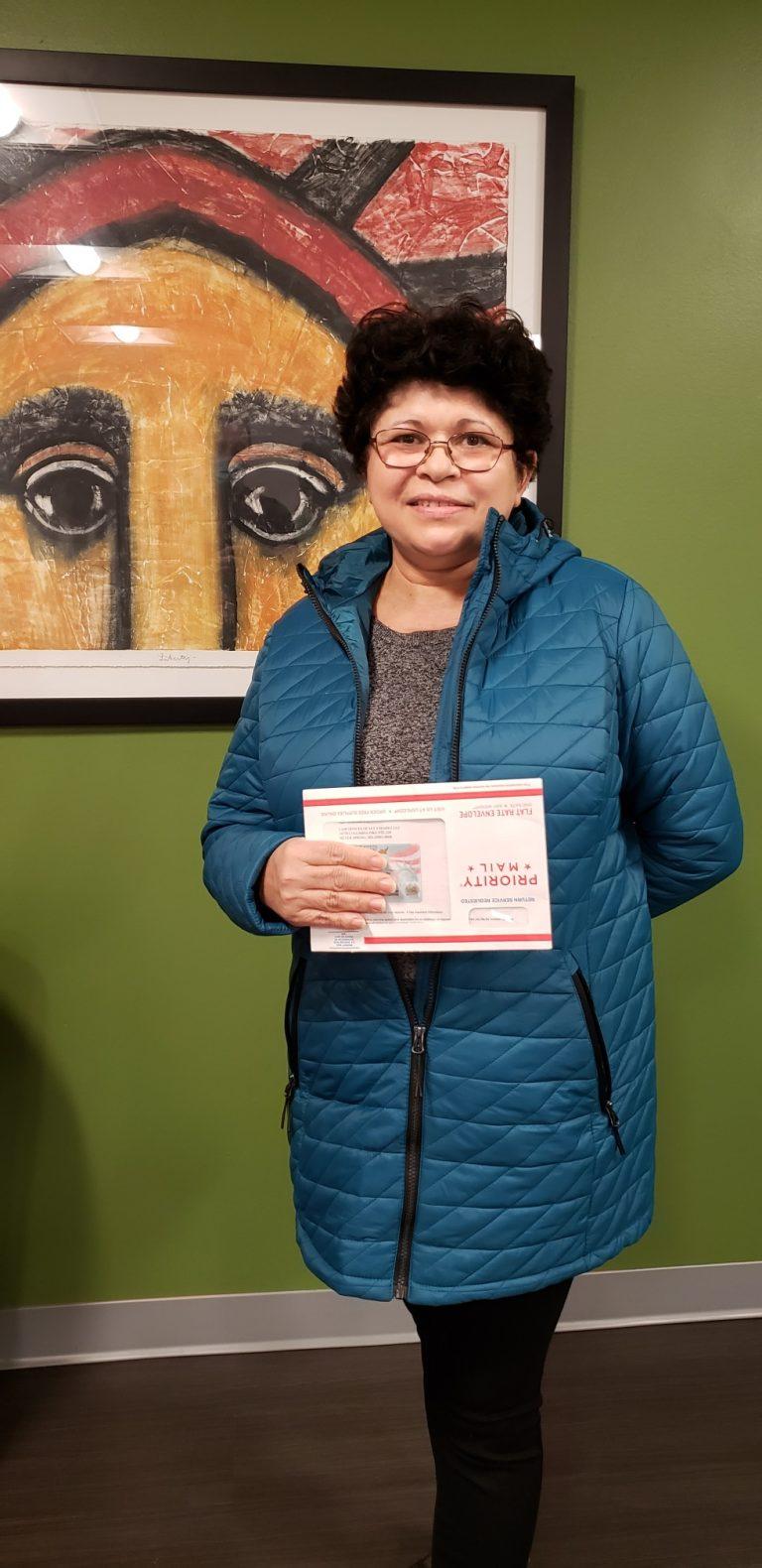 María Fátima Solorzano en el momento en que le entregamos su Green Card