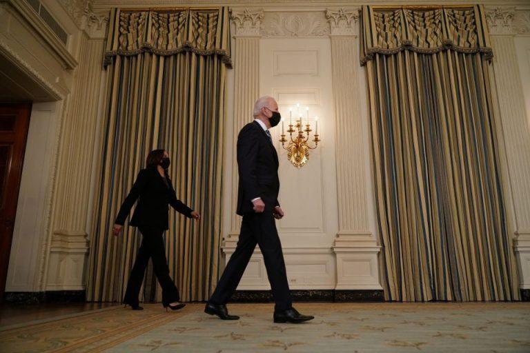 Biden termina con castigo de Trump a inmigrantes al desistir defender carga pública en Corte Suprema