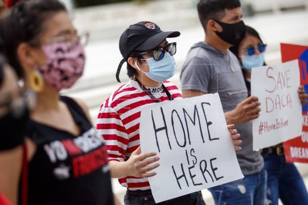 Cámara Baja aprueba iniciativas que abren una ruta a la ciudadanía para 'dreamers', portadores de TPS y trabajadores agrícolas sin papeles