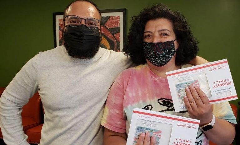 Juanita Ormazabal en el momento en el que le entregamos su Green Card